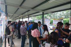 Estudiantes del Centro Regional de Coclé, exponiendo sus pósters durante el evento.