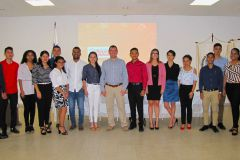 Ing. Francisco Arango junto con estudiantes miembros del Grupo de Investigación Coclé Avanza.