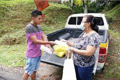 Ing. Yaneth Gutiérrez entrega ayuda a estudiante Juan Mendoza.