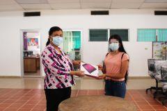 Directora del centro Regional de Coclé, entrega Tablets a estudiantes.