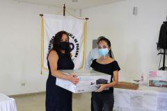 Vicerrectora de Vida Universitaria, Ing. Vivian Valenzuela, entrega equipos tecnológicos a los ganadores de la tómbola.
