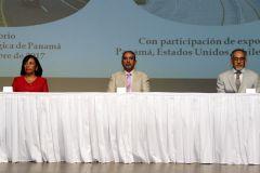 Autoridades de la UTP en la mesa principal.