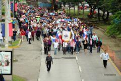 Autoridades, profesores, investigadores, estudiantes y administrativos en la marcha de la UTP.