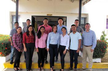 Ing. Francisco Arango junto con estudiantes de IV Año de Ingeniería Industrial.