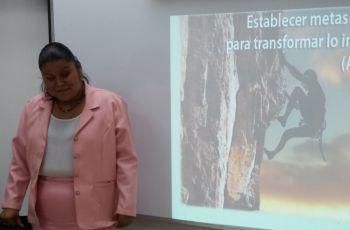 Itzel Ortega, presenta trabajo de graduación.