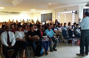 Expositor hace presentación frente a los asistentes a la conferencia