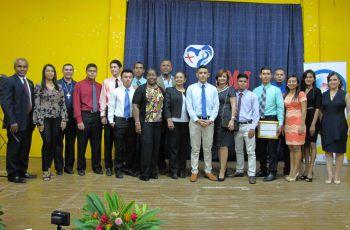 Grupo de estudiantes desarrolladores con las Autoridades de la UTP.