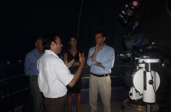 Director Rodney Delgado explicando funcionamiento del telescopio.