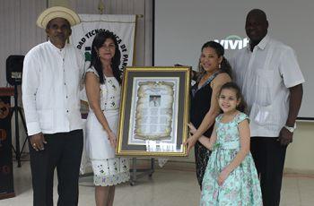 Entrega de Reconocimiento Póstumo en Honor al Prof. Edwin Corro.