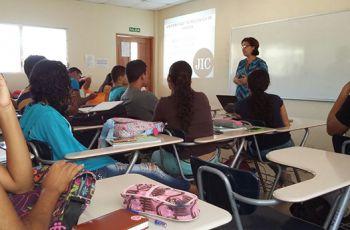 Motivación a estudiantes de diversas facultades sobre Investigación.