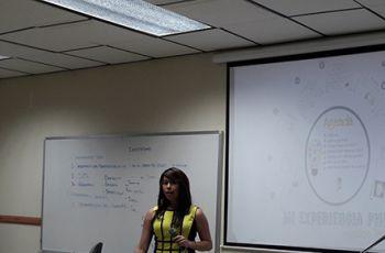Dra. Yéssica Saéz motiva a estudiantes para Estudios Doctorales.