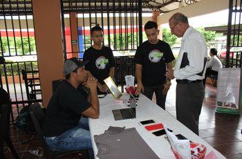 Estudiantes del Centro Regional de Azuero exponen sus Proyectos Emprendedores ante los asistentes a la Feria.