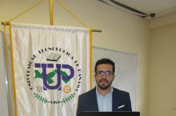 Erick Lucero sustenta su trabajo de graduación.