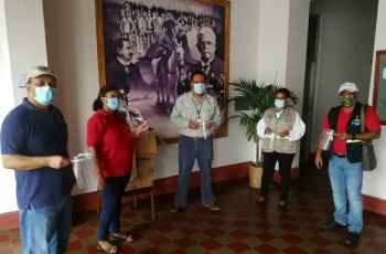 Ing. Yaneth Gutiérrez entrega viseras de protección al personal de salud de la Provincia.