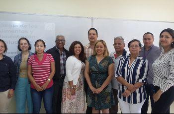 Mgtr. Ricardo López G. (Decano), Dra. Indira Franco (Experta) y docentes de área de química