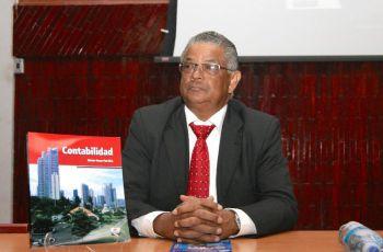 """Profesor Néstor Oscar Paz Díaz, autor del libro """"Contabilidad""""."""