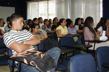 Estudiantes escuchan a los expositores.