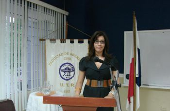 Egresada da conferencias a la UTP