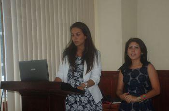 Las estudiantes Aminta Pérez y Lourdes Arenas mientras sustentaban su tesis.