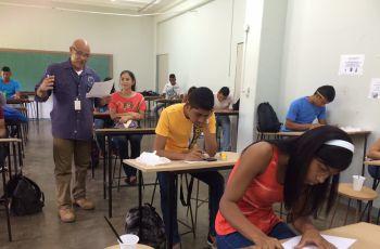 Maestro David Vega instruyendo en dibujo y pintura.