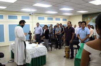 El capellán de la UTP, preside la misa del aniversario.