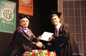 El estudiante de mayor índice académico, recibe su diploma.