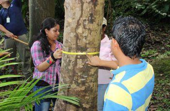 Estudiantes participan del taller.