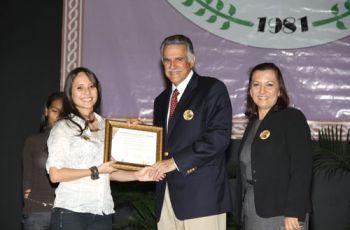 El Dr. Morgan recibió certificación de reconocimiento.