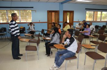El Lic. Alfredo Graham dicta el seminario sobre manejo de conflicto.