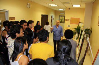 Estudiantes de la Facultad de Ingeniería Industrial durante la charla de arte.