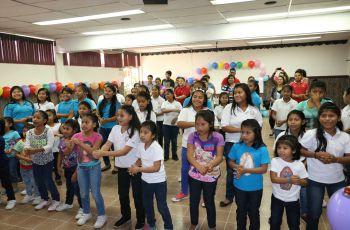 Estudiantes organizan actividad para las niñas del Hogar Medalla Milagrosa.