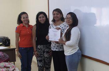 Entrega de Reconocimiento a Estudiante del Curso de Inglés en UTP Azuero.