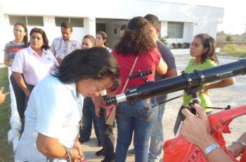 Colaboradores de la UTP observando el Sol.