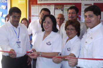 Autoridades de la UTP y de empresa AES Panamá, realizan el corte de cinta.