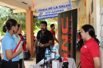 Administrativos, docentes y estudiantes en Feria de la Salud 2014.