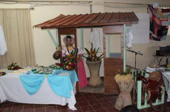Diversos puestos exhibiendo la Cultura de Panamá.