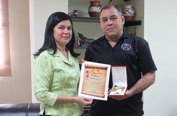 Profesor Lisandro Mencomo junto a la Licda. Magdalena Durán de Huerta.