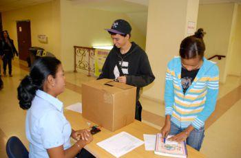 Estudiantes participan depositando sus respuestas en la urna.
