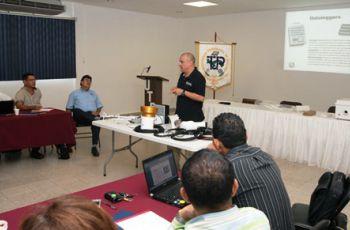 Experto explica a los participantes sobre la estación meteorológica.