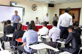 En el conversatorio participaron dos ingenieros egresados de la UTP.