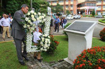 El nieto del Dr. Víctor Levi Sasso, Gabriel Levi, acompañó al Rector a colocar la ofrenda floral.