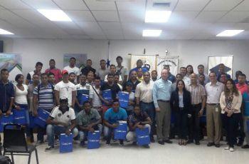 Equipo de AES con el Director del Centro Regional de la UTP en Colón, Ing. Policarpio Delgado M. , el Coordinador de la FIM, Licdo. Ángel Jiménez y los chicos del curso.