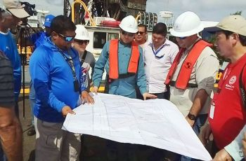 Colaboradores de la ACP y de la UTP estudian los puntos donde colocarán la sonda nucleónica, en la Zona Atlántica del Canal de Panamá.