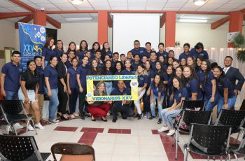 Estudiantes y docentes que conforman las comisiones de trabajo.