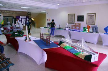 Maquetas en forma de puentes, que se exhibieron en el lobby de la FIC.
