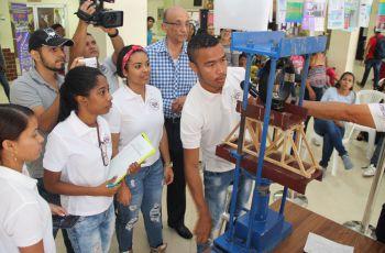 Estudiantes participan del Concurso de Cerchas.