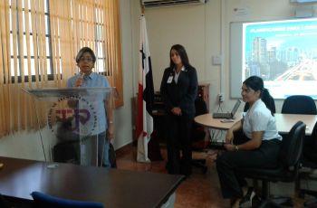 Instructor dicta Charla de FInanzas