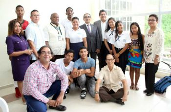 Estudiantes y docentes involucrados en el proyecto Taller Creativo Juvenil posan junto al Rector de la UTP Ing. Héctor M. Montemayor A., durante la clusura del mismo.