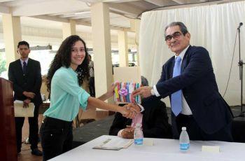 El Ing. Héctor M. Montemayor Á., entregó a la estudiante Melanie Frías, premio y Certificado de Puesto Distinguido por Índice Académico.a