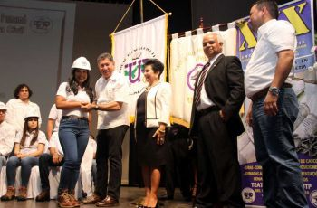 Estudiantes graduandos de la FIC, que participaron  en la Imposición de Cascos, en la clausura de la Semana de la Ingeniería Civil 2018.